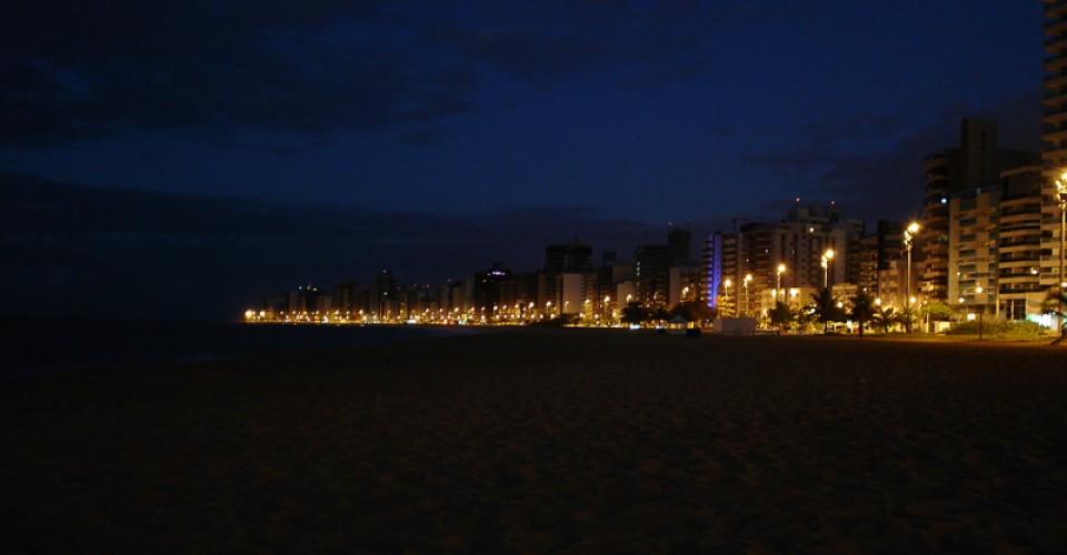 Praia da Costa, o maior bairro de Vila Velha, à noite